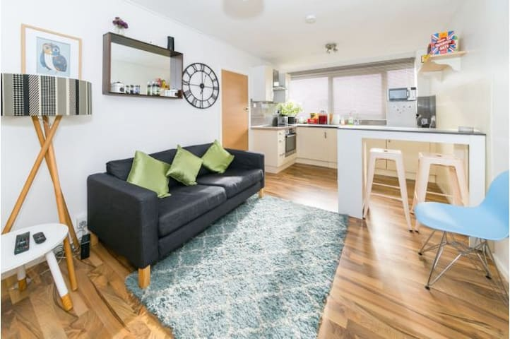 CENTRAL HORSHAM: Modern 2 Double Bedroom Apartment