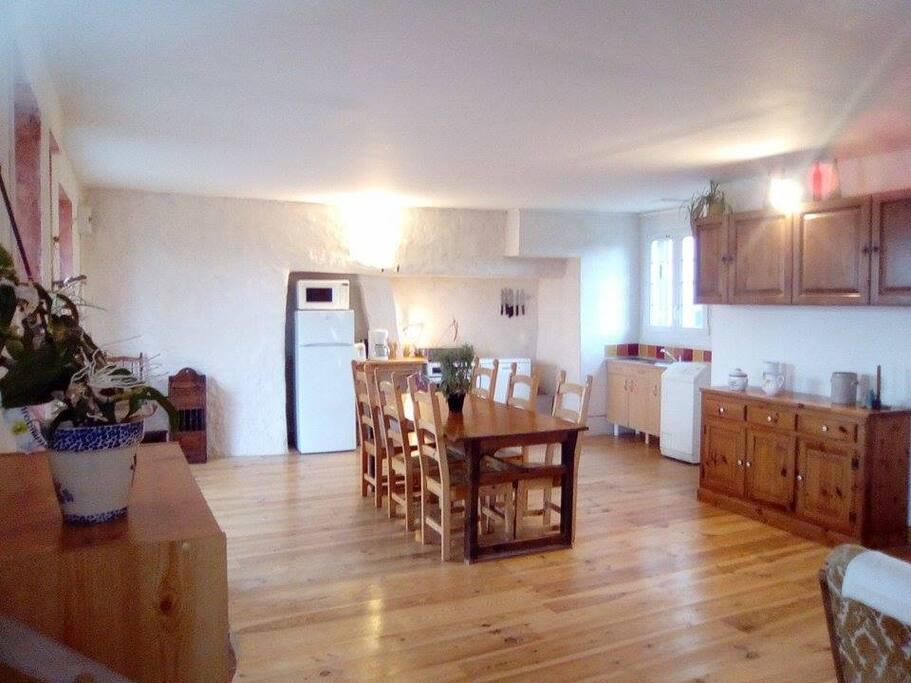 Salle de vie de 50m2 avec cuisine ouverte sur la salle à manger et salon/TV