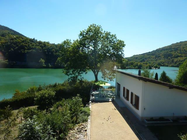 Villa pied dans l'eau avec terrain de pétanque