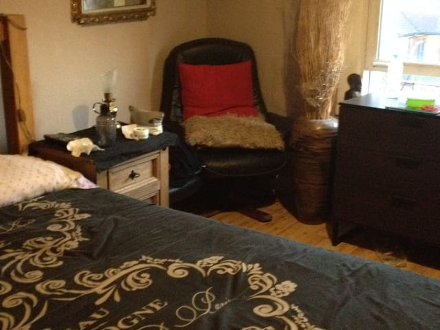 Kingsize double bed overlooking garden !£49.p.n.