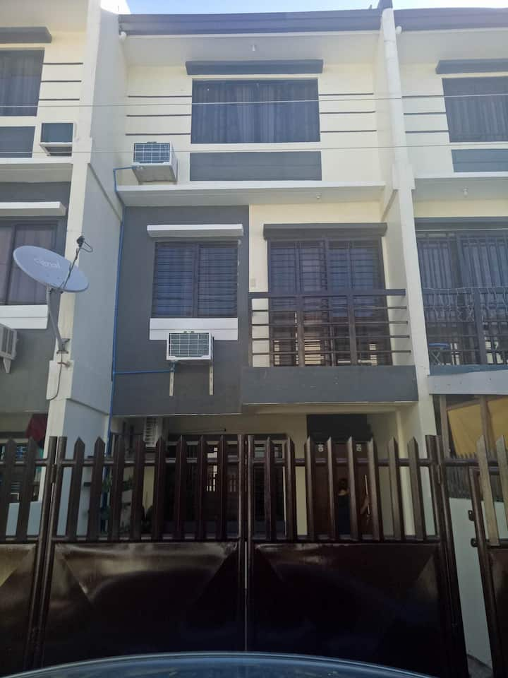 3 storey townhouse fully airconditioned