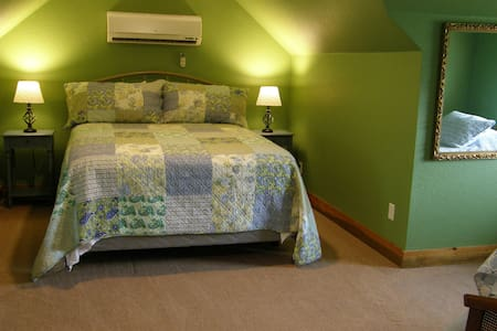 "Queen bed and 2 twins in ""the Green Room"" - Blue Springs"