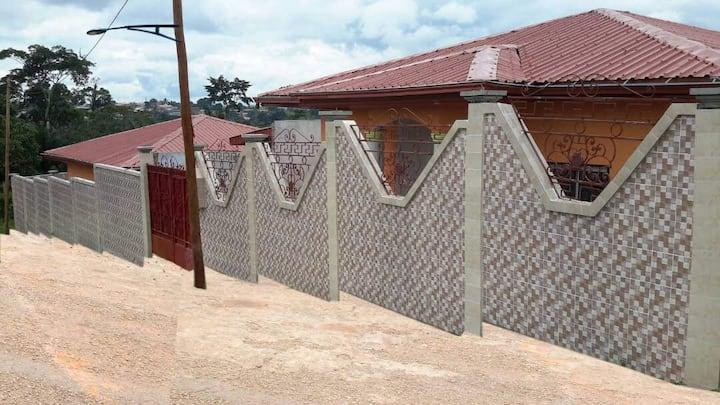 Maison avec dépendance dans clôture