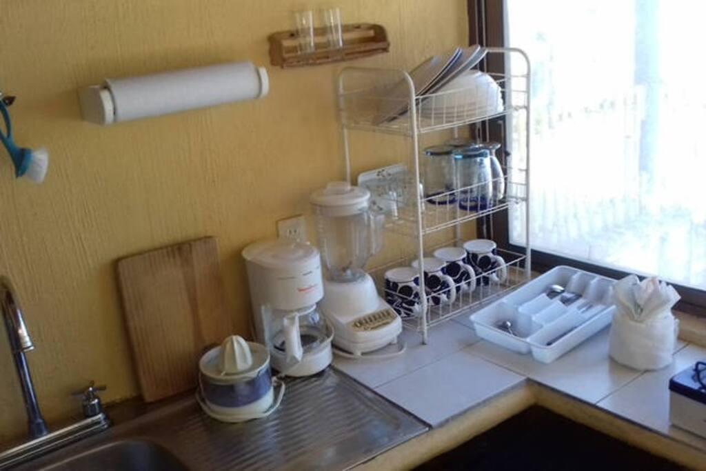 Cocineta equipada para cuatro personas.