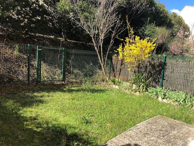 Appartement dans quartier calme avec petit jardin