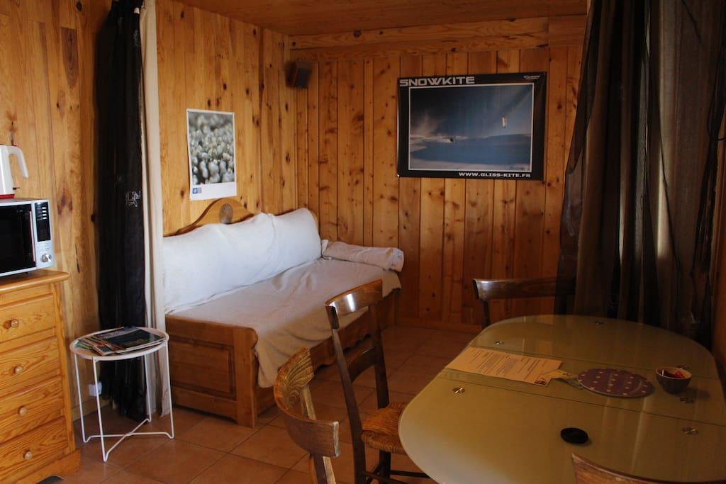 Partie séjour, avec canapé / lits gigognes, table pliante