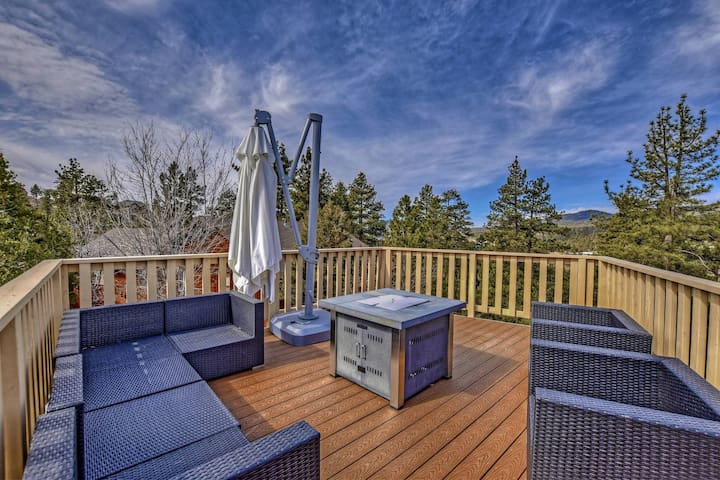 Sky Loft: Luxury Castle Glen Estate with Exquisitely Landscaped Fenced Yard! Pool Table!