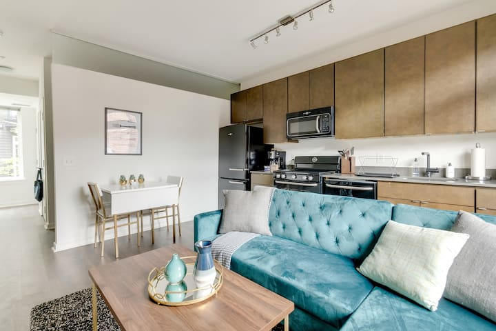 Charming, Furnished Studio in DC + Rooftop Deck