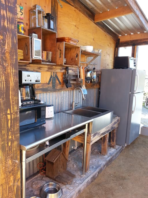 Outdoor kitchen fully outfitted for 6 people to dine cheerfully.