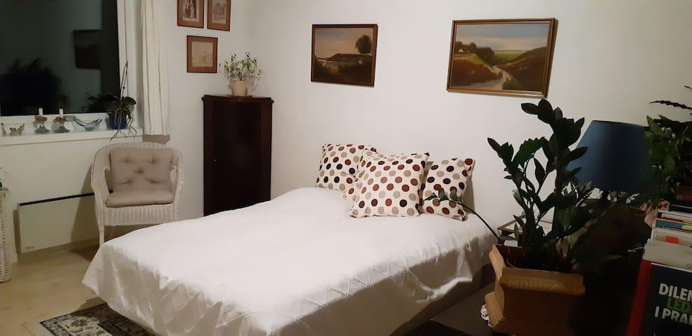 Lyst og hyggeligt værelse i rolige omgivelser