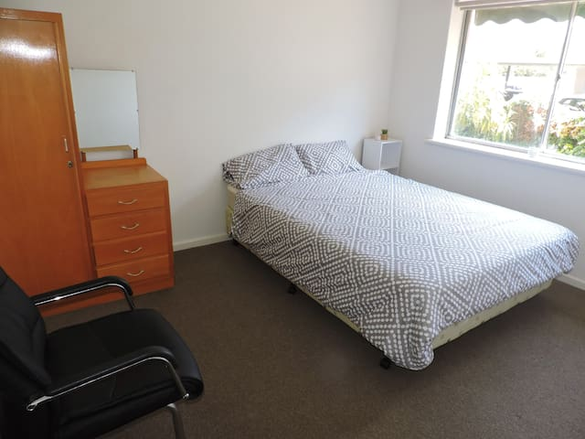 Cosy bedroom. Close to the city and parklands.