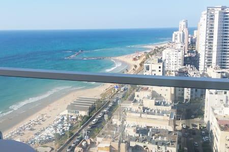 Seafront view Luxury Hotel apartment on boardwalk - Bat Yam - Huoneisto