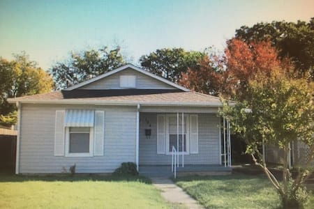 Cozy 2Bed 1Bath Cottage w/Parking - Fort Worth