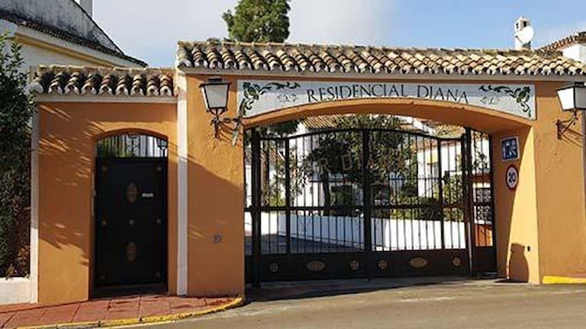 Casa Adosada en Residencial Diana, Estepona