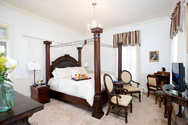 ♥ Historic Guest Suite, 2 Person Jacuzzi Tub ♥