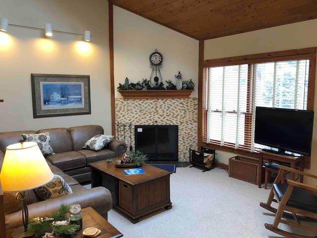 2BR/2BA+Loft ski-home condo steps from Killington!