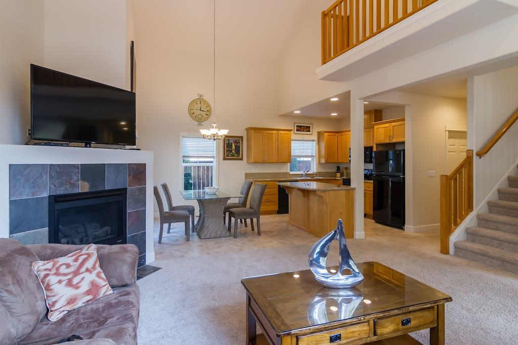 Livingroom, Dining Area, Fireplace