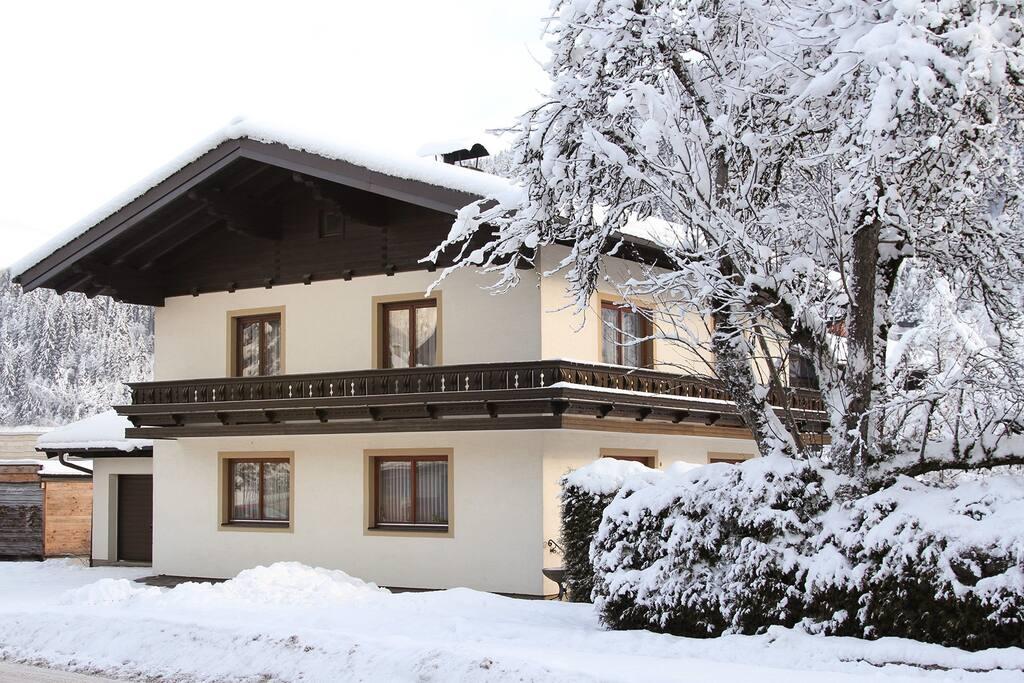 #hostFLACHAU1 Die Unterkunft mitten im Zentrum von Flachau beinhaltet 5 Zimmer mit unterschiedlichen Belegungsmöglichkeiten. Frühstück, Hallenbad, Sauna und Fitnesstudio können im benachbarten Sporthotel Tauernhof zugebucht werden.