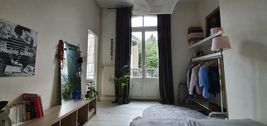 Cozy double room in EU quartier. Private bathroom.