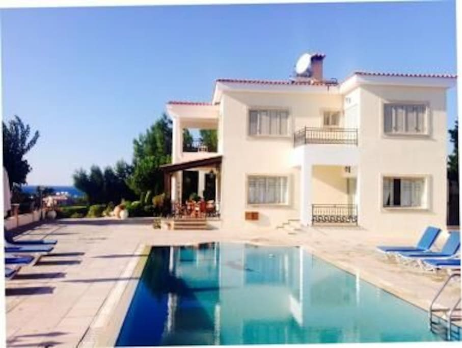 Four Bedroom Villa with Prv Swimming pool, Wi-Fi, BBQ, garden, en-suite bedrooms and stunning view.