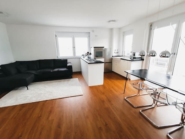 • Voll ausgestattete Küche im Wohn- & Esszimmer • Fully equipped kitchen in the living and dining room