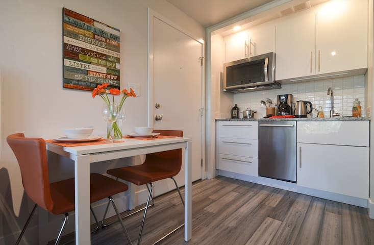 Modern Apartment in Queen Anne with Parking