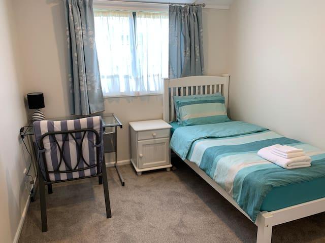 阳光充足的房间,标准单人床。Single bedroom.