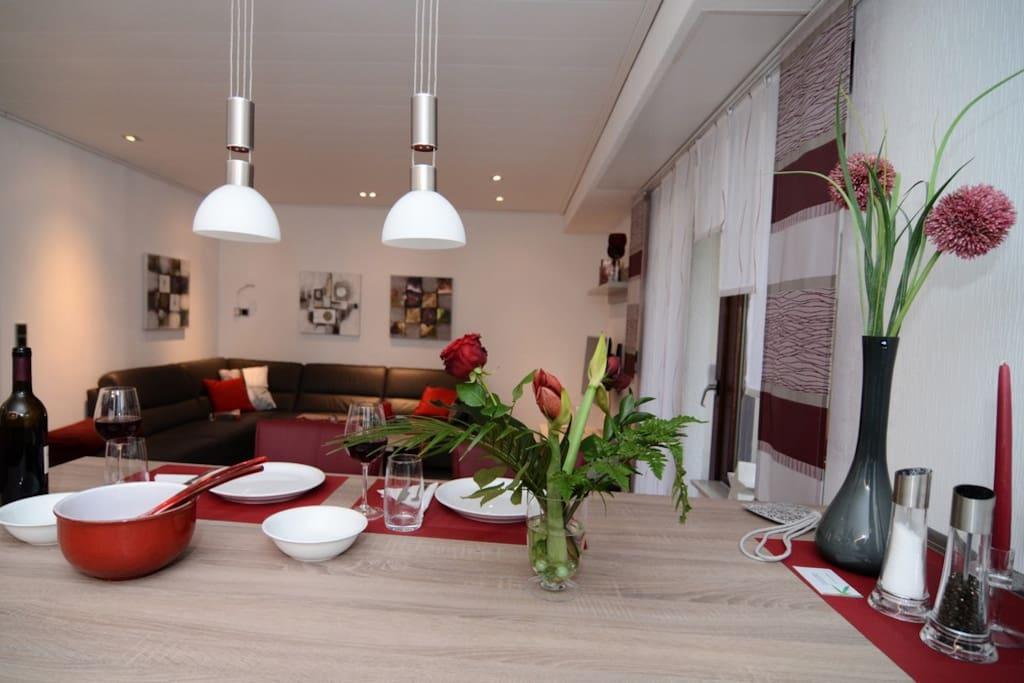 Modern eingerichtete ferienwohnung mit terrasse for Eingerichtete wohnzimmer modern