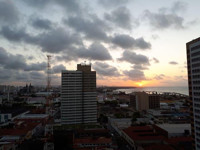 O pôr do sol de cada dia com vista para os principais pontos turísticos da capital do Sol.