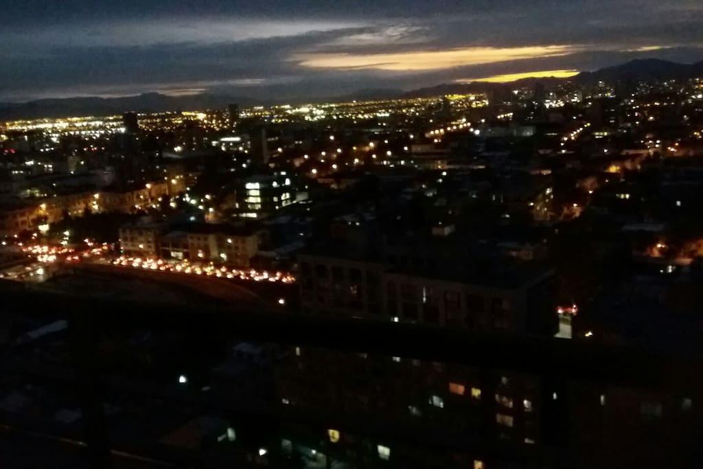 Bella vista nocturna desde el balcón de este departamento.