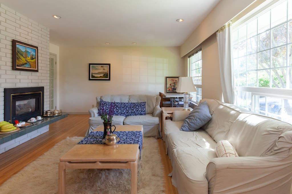 你可以在客厅,靠着壁炉,坐在羊毛地毯上喝咖啡