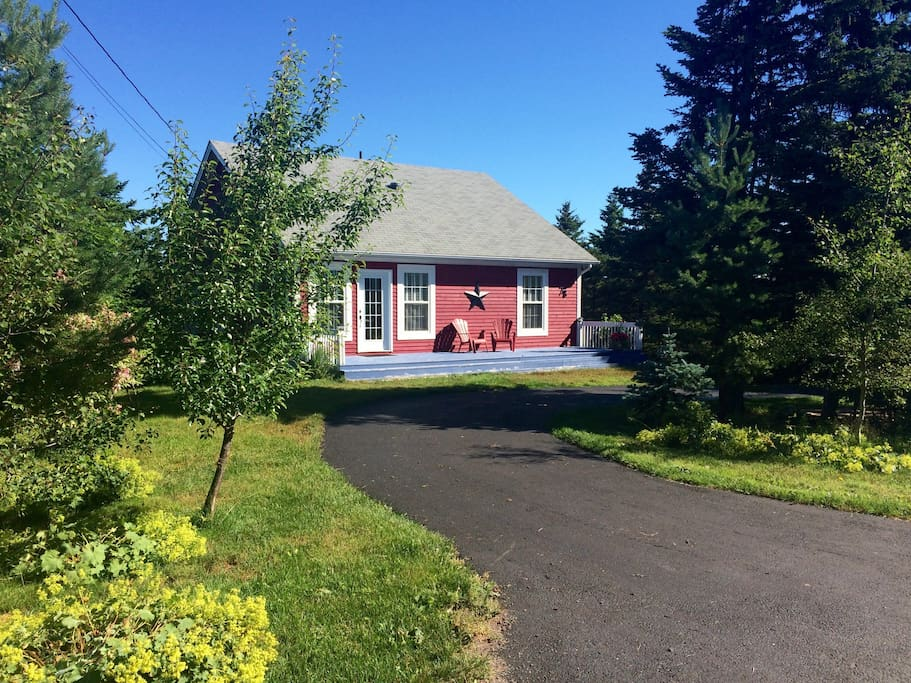 Little red country cottage cottages for rent in clarkes for Cabins in newfoundland