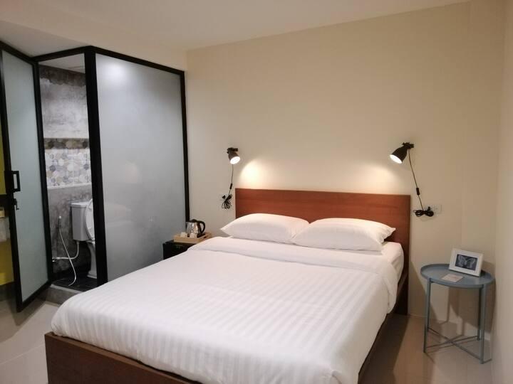 Standard Queen Room with Window