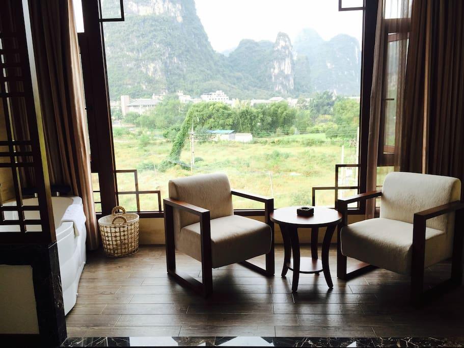 房间配有沙发椅
