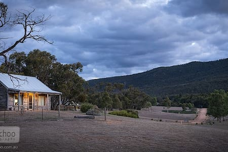 Redgum Log Cottage - Halls Gap
