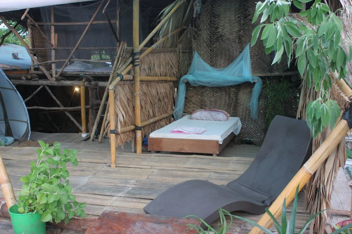 Rooftop room in sustainable community! Surf&bikes!