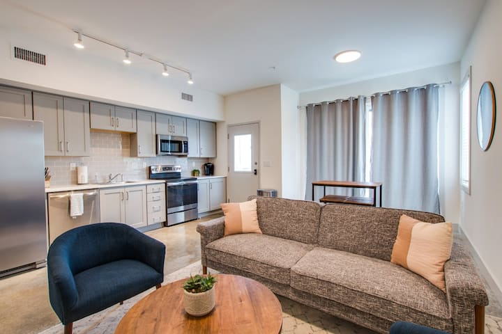 Ultra Modern-FULLY FURNISHED -5 MINS FROM DT
