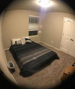 Basic Queen Bedroom in New House! Close to highway - Norman - Casa