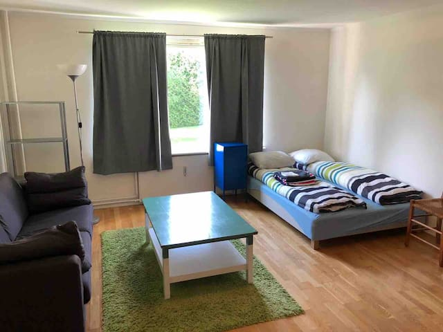 Bright studio, free parking/3 mins to subway!*