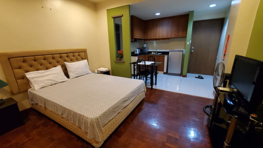 Malate 17 Xlarge studio, wifi, TV, Seaview balcony