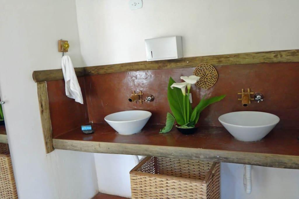 Pia e banheiros do restaurante e área de convivência