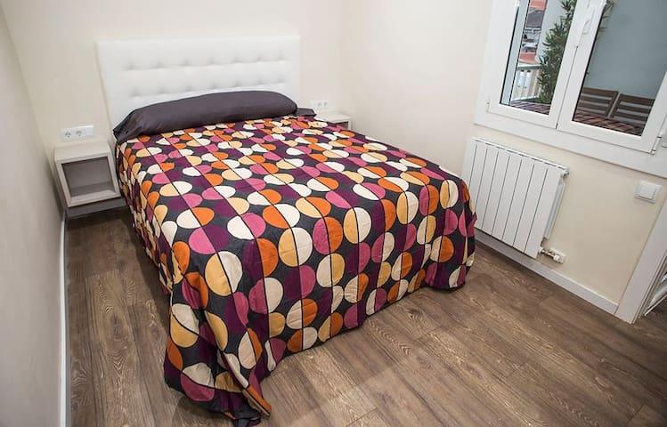 Habitación 4 con cama doble y escritorio Miracle
