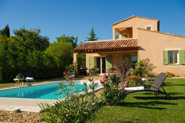 Luxurious vacation house with heated swimming pool in the heart of the Luberon