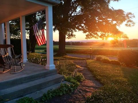Private Queen Room, Historic Farmhouse w/View