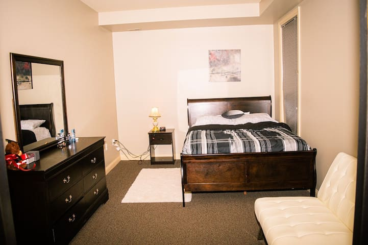 Bright, stylish room in downtown - free parking
