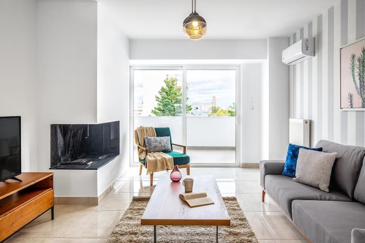 Sunny Piraeus 2BR, w/parking, near Piraeus port, by Blueground(542)