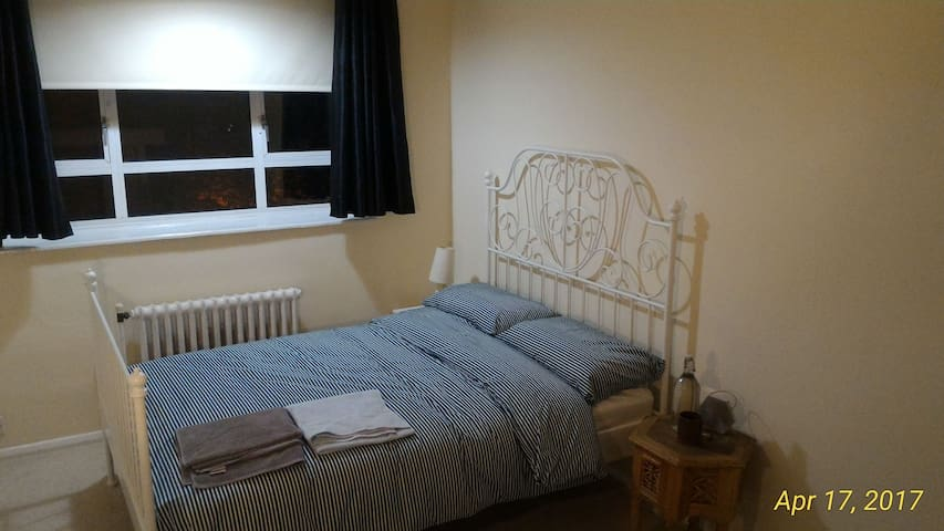 Lovely Double Bedroom, excellent central location