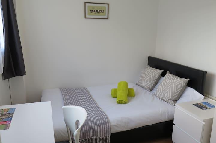 Comfortable&luminous double room, next 2 center