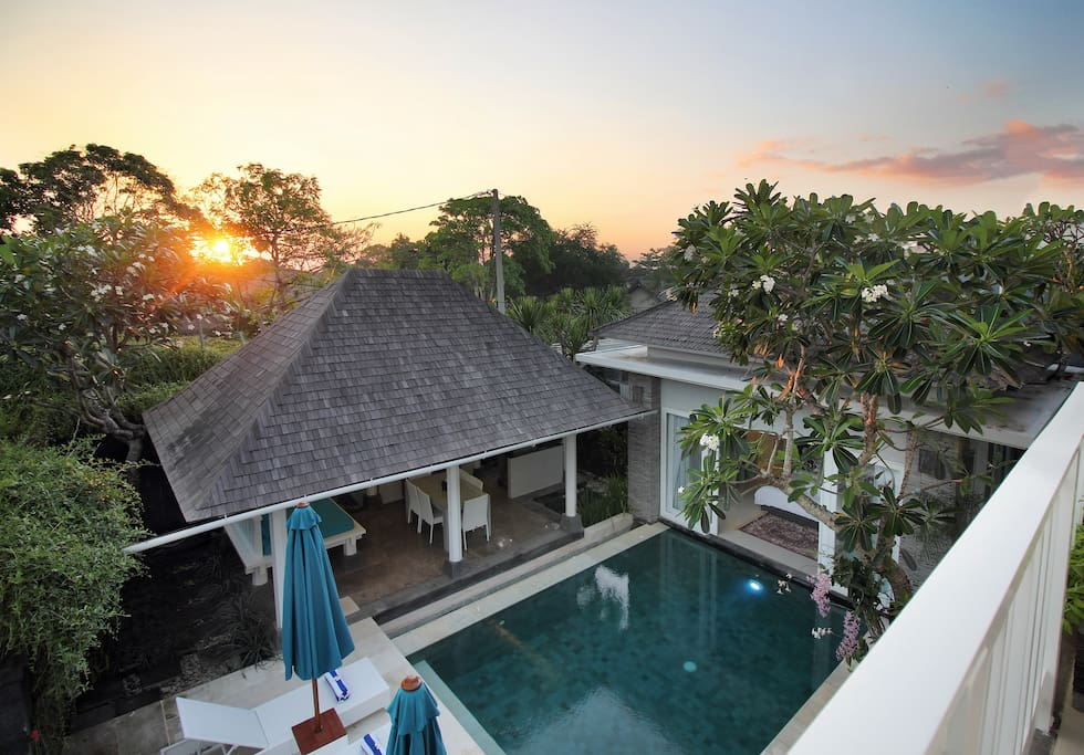 Peacefull stand alone private luxury villa only 300 meters to Batu Belig Beach and beautiful Bali sunsets