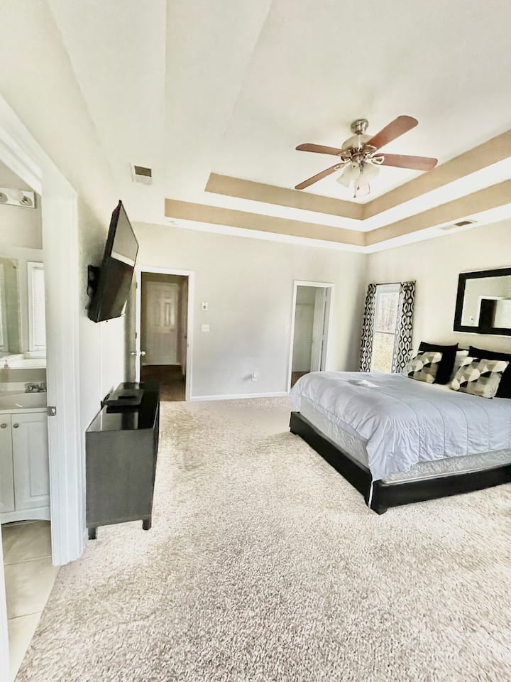 👑 KING & QUEEN MASTER SUITE W/ PRIVATE BATH